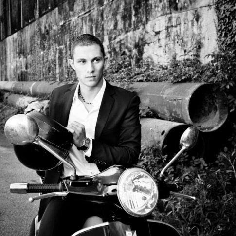 photographe homme Vespa noir et blanc
