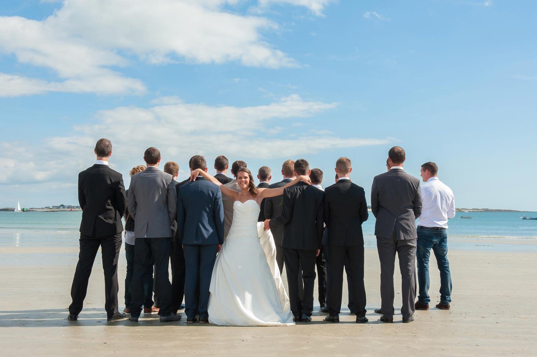 photographe mariage photo de groupe Lorient sur le sable