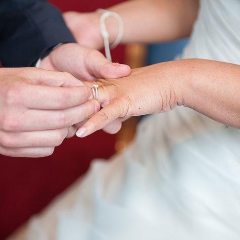 Photographe mariage maire de Lorient bague au doigt