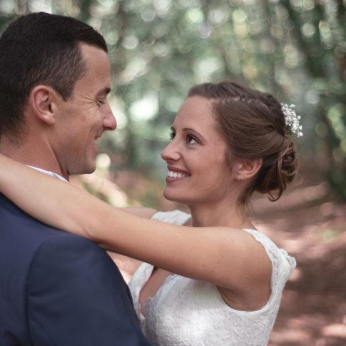 Photographe mariage lorient couple dans les bois